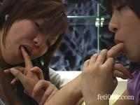 【ベロベロ指を舐め合い感じる女達】 互いに指を舐め合い感じる2人。 1本、2本と指の数を増やしゆっくりとオーガズムへ。 ねっとりと涎を垂らし指を高速ピストン舐め。 見所はダブルで指舐め!! 妄想して下さい!!!