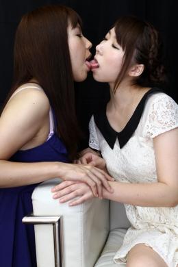 【はじめてのうぶ接吻①】 初対面同士のレズキス。お互いバージンながらすぐに打ち解けベロを絡ませ息を漏らします!!SD&ハイビジョン高画質(HDV-720P)