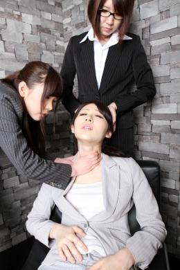 【リクエスト作品「OL首絞め」】 先輩OL「宮瀬リコ」が、首を絞めてくれ、と後輩を挑発。美緒みくる・窪塚みいなが2人がかりで首を、締める!!