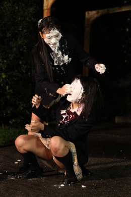 【親友同士のパイ投げ合戦!!】 制服の女の子がパイ投げ試合開始。お互い交互にパイをぶつけあう。やがて顔も制服もパイだらけに。