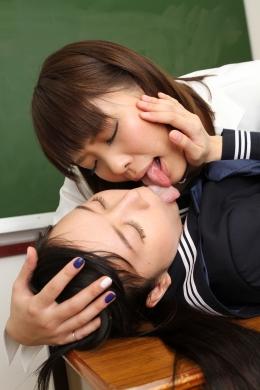 【ベロ接吻レズ】 変態ベロ出し美人教師とうぶな女子校生の顔面舐めレズ。生徒の顔面を分厚いベロで舐めまわす先生の変態性は圧巻  生駒はるな/中野翔子