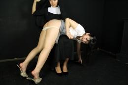 フェチ:レズ:懺悔スパンキング 女が女に