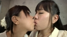 フェチ:レズ:ラン子がナンパした女子2人に初めてのキスをさせてみる