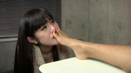フェチ:レズ:ラン子の足をM女に舐めさせる