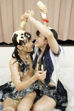 【新年明けましておめでとうございます!!~マヨネーズレズ~】 JKみこ&うれあが新年のご挨拶。大好きなマヨネーズを舐め、そして互いの体に塗りあう。「酸っぱくていい匂い~」部屋中に充満するマヨネーズの匂い。乳首もビン立ちでちゅぱちゅぱ。互いのお顔を舐め果てる2人…。  小峰みこ&桜庭うれあ