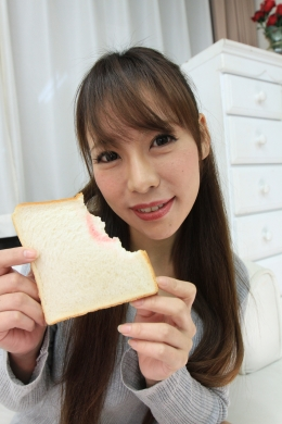 【【リクエスト作品】食パン食べてルージュをつける】 吸い付きたくなるほどHなお口をした杏ちゃんが食パンにルージュをたっぷり着けて食べる映像  高瀬杏