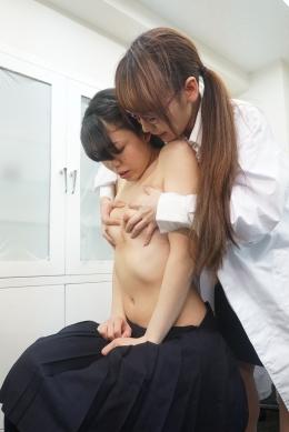 【レズビアン杏先生の乳首診察~しゃぶり触診レズ】 おっぱいに張りを覚えた女子生徒うれあが病院にて診察を受ける事に…。。診察を担当する高瀬先生は執拗以上にうれあの乳首を触診。厚い舌を使って乳首を丁寧に舐めあげる。自分の張りのあるデカ乳を舐めさせ、擦りあい昇天していく。  女医:高瀬杏/女子校生:桜庭うれあ