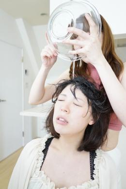 【『未来大好きだよ 後編』~唾液ためて相互シャンプー~】 鼻舐め後に今度はボールに唾液をたっぷりと溜め込み唾液シャンプーをしていく小春。頭から唾液を垂らしこみ臭いを嗅ぎながら、髪の毛を舐めまわしていく。  小春(ピンクニット)・新名未来(クリーム色シャツ)