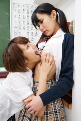 【伸びきり敏感乳首舐めあいレズ女子校生】 ハンガーを使って乳首オナニーをしていることみ。それを見つけたこのははことみに乳首オナニーのレクチャーをお願いする。ハンガーの挟む部位を乳首に挟むと伸びきる2人の乳首。二人は柄の部分を引っ掛け引っ張り合う。乳首に走る衝撃で絶頂する2人。敏感になった乳首を互いに愛撫しながら更なる快楽に溺れていく。 春日部このは(画面左)/篠岬ことみ(画面右)