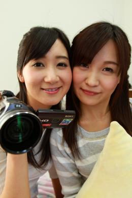 【自撮り自己紹介百合動画 葵千恵 羽多野しずく】 この日が初対面の葵千恵と羽多野しずく。お互いに自己紹介をしつつ、レズの話をしたり、お互いの身体を触り合ったりしちゃいます!自撮りでのWカメラ目線にドキッとします!可愛い二人の自己紹介動画。
