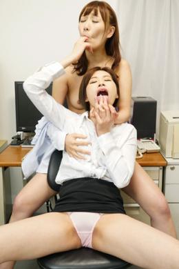【日本のOL 高速ベロ舐めまくりレズ 日高結愛 小峰みこ】 美人OLの日高と小峰はひたすらデスクワークに追われていた。彼女達に止まる隙など一瞬も無い。パソコン作業中や取引先の電話中もひたすらお互いのおっぱいを揉み、ベロチュウしまくる。兎に角速く。誰よりも高速に指を舐め、乳首をつまみ、尻を揺らす。日本のOLは忙しい。