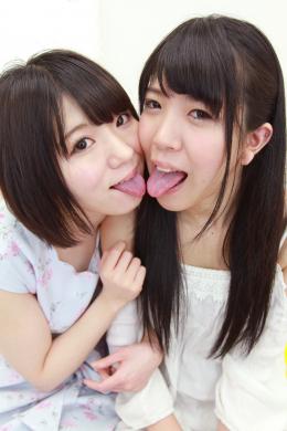 【自己紹介&相互舌観察濃密絡み合い唾液レズ接吻 篠崎みお 牧野れいな】 初対面の篠崎みおと牧野れいな。お互いに女の子が大好きという二人。れいなちゃんがシャイ過ぎてみおちゃんの目を見ることすら出来ません!みおちゃんが優しく可愛くリードしながら濃厚なキスが始まっていきます!唾液感たっぷりの長ベロをいやらしく絡ませ合う二人。濃厚な唾液交換とお互いの舌へ濃厚ミルク発射からの唾液を絡ませ合うエロレズ接吻は凄くヌケますよ~!! 【白虎監督作品】