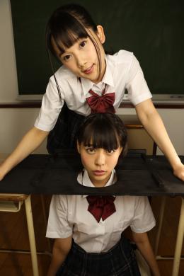 【禁断百合レズ痰唾顔面舐め学校 宮崎あや 七海ゆあ】 首枷を装着され身動きの取れない1人の美少女。彼女の名前はゆあ。自分の身に何が起きているのか分からず動揺するゆあの前に現れた同級生、あや。あやは微笑みながらゆあに痰つばを吐きかけ、ゆあの顔を唾で汚していく。濃厚な顔面舐め、屈辱に震え復讐を誓うゆあ。しかし、全てはあやの計算通り。女同士のベロとベロのぶつかりあい、愛憎交わる顔面舐めレズ、一見の価値あり!! 【mad dog監督作品】