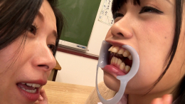 フェチ:レズ:放課後鼻舐め口臭嗅ぎクラブ④ ~スジの良い転校生の衣織に顧問のツバキ先生が特別指導 加藤ツバキ 衣織