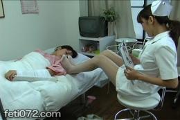 【足指嗅ぎしゃぶり舐め(ドレッシングかけ)レズ 前編】 入院患者のあやはレズで重度の足の匂いフェチドMだった…ナースのお姉さんの靴、脚を嗅ぎ・舐め・脚で食事をさせてもらう…。足指に酸味の利いたドレッシングをかけ、サラダを足指でつかみ食べさせる…臭いの?酸っぱい匂いなの?それが好きなマニアックフェチ動画
