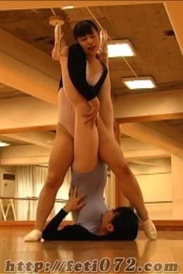 【◆バレエレッスン◆熟練講師と生徒-前編-】 ◆熟練講師のバレエレッスンは段々と熱をおびていく・・・バレエの基礎からみっちり教え込もうと必死!?の先生!!全ては、生徒がバレエの上達の為?先生の白熱した熟練技に生徒は恥じらいの表情で堪えるのでした-前編-
