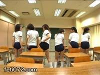 【体操服女子校生6人! ブルマずり下げ集団尻ふりダンス2 前編】 前回好評を得たブルマ集団ダンスが帰ってきました。今回は人数も6人に増えて、さらに見応えアップです!教室に一直線に並んだ6個ブルマ尻がプリプリと揺れるさまがたまりません。前編はまずその中から2人をピックアップし、ブルマからはみ出した桃尻や体操服をずりあげてのおっぱい見せダンスをお届けします。