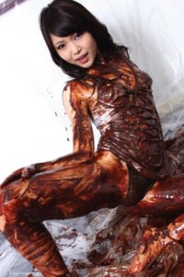 【チョコメッシーダンス】 チョコメッシーダンス ボディコン スレンダーの美女のイメージシーンからはじまり体にチョコをかけ始める。自らチョコを塗りたくりまずは体からチョコまみれに。四つん這いになりお尻が完全にチョコでコーティングされ顔から浴び全身チョコだらけに。  篠めぐみ