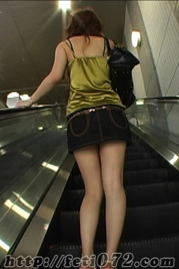 【太もも尾行】 フェチの基本に立ち戻って…。街行く女の太ももをひたすら尾行します。
