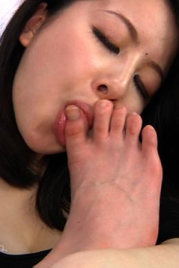 【足指舐め】 足観察、可愛い女の子が自分の足の臭いを嗅ぎ、足指の間をなめ、そして完全足指フェラへ。■SD&ハイビジョン高画質(HDV-720P)
