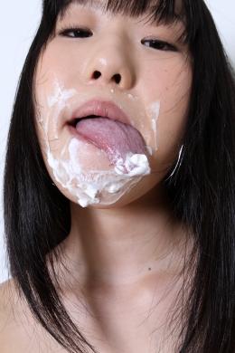 【アリサのベロ観察】 アリサちゃんが口の周りのクリームを長ーいベロで舐めとります!