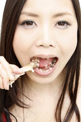 【チキン齧り】 肉と骨をむしゃぶる美人人妻小雪さんのチキン齧り!やはり美人なだけに綺麗な歯並びだが、ちらりと見える銀歯で骨を齧る姿にゾクゾクして下さい!  天野小雪
