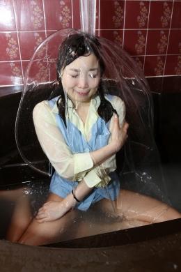 【着衣ローションまみれ】 OLが着衣のままシャワーを浴び、ローション風呂に入り頭からローション  荒牧しおり