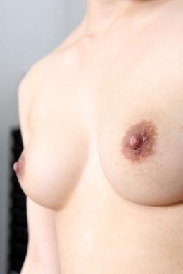 【乳首観察 倉科もえ】 スレンダーに見えて以外なボリュームと美乳のもえちゃん。サイズを測ったり、乳首いじったり。  倉科もえ