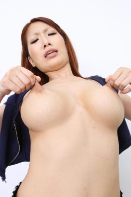 【乳首オナニー】 Hカップはあろうかと思われる巨乳を揉みながらデカ乳輪の先についているデカめの乳首をコリコリ刺激しながらオナニーする。  美月優芽