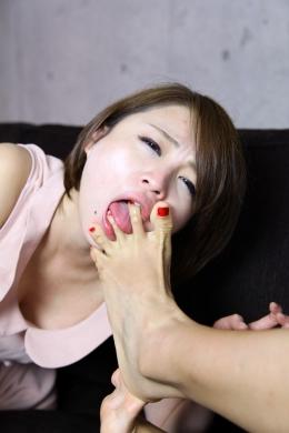 【ラン子ちゃんの足指を舐める】 ドSのラン子ちゃんの足舐め!ラン子ちゃんがえみりちゃんを足でせめていって掃除してもらったりし。  高山えみり