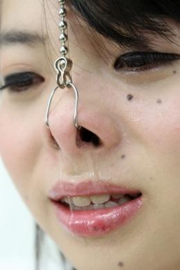 【鼻観察 鼻フック くしゃみ鼻水】 どこか日本人離れしている楓ちゃんの鼻です。鼻穴大きいですよねwセロテープや鼻フックでブタっ鼻。そのままこよりで刺激!  橘かえで