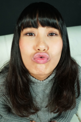 【バーチャルベロキス 篠岬ことみ】 怖がって嫌がることみちゃんに近付いて唾を吐き掛けられたり、強制的にキスをしちゃう主観ベロキス。困りながらもキスしてくれることみちゃんがとてもエロ可愛いです。