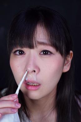 【鼻観察・くしゃみ鼻水 原美織】 「HでMなみんなの妹」原美織ちゃんの鼻を観察しました。 可愛い小さな鼻から鼻毛を抜いて少し涙目になっちゃってます。鼻フックでヒドい顔になった後はこよりで鼻水をたくさん出してベチャベチャに。鼻水まみれで泣いている美織ちゃんは必見です。