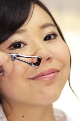 【鼻観察・くしゃみ鼻水 梁川かりん】 残業中のOLのかりんちゃんに無理を言って鼻を観察させてもらいました。最初は仕事が遅れるので嫌がっていましたが、鼻鏡や鼻フックを使って奥の奥まで見せてくれます。こよりを使って鼻水をお願いするとくしゃみとともに鼻水をぶっかけてくれます。