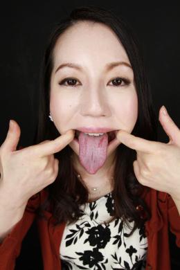 【ベロ観察・ベロ唾液フェチズム 徳永れい】 徳永れいさんの激エロ蛇舌をとことん観察します!長くて唾液でヌルヌルの卑猥舌を惜しげもなく見せてくれるれいさん!ノギスで計測したベロの長さは驚異的!唾液の分泌も多いれいさんの唾液を梅干しやレモンを使って溜めまくります!そしてそのニュルニュル唾液でギンギンにそそり勃つ黒ディルドを濃密手コキ!!れいさんのエロ過ぎる蛇舌に思いっきりぶっかけるつもりで見て下さい!!! 【フェティッシュ龍神監督作品】
