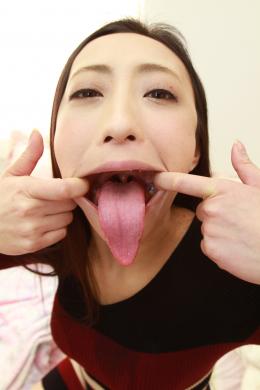【ベロ観察・ベロ唾液フェチズム 神納花】 業界1の神蛇舌を持つ神納花さんのベロをこれでもかと濃厚にスケベに観察しちゃいます!!もはやベロを大きく出してもらうだけで、エロ過ぎる神蛇舌!卑猥なベロマンコはとにかくエロい!!ノギスで計測したベロ長は一見の価値あり!唾液も超大量に出る神納さんはベロ観察作品史上最高の唾液溜め量を見せてくれます!そしてその唾液と蛇舌を使ったディルド手コキは即ヌキ注意の激エロタイム!精子が出なくなるまでシコれる最強ベロマストアイテムの登場です!!! 【フェティッシュ龍神監督作品】