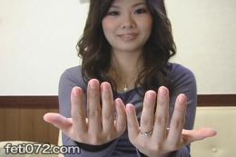 【リクエスト作品  爪フェチ 指舐め匂い嗅ぎ】 本当におまたせいたしました。リクエスト作品【爪フェチ動画】UPいたします! 若妻 ひろこ(仮名・年齢:ヒミツ)サンの爪を思う存分視姦して下さい。 爪は伸ばし過ぎず透明コートのみ、の可愛らしい手・指先。 指先をハケでくすぐる:指と爪の隙間とアマカワあたりとどっちがくすぐったく感じるのか? じっくりしゃぶる指爪舐めフェラ・指先涎投下、両手の爪擦りあわせて臭い嗅ぎ。一瞬、臭うのかどうなのか眉がピクっと…。 マニアック全開の爪フェチ動画。楽しんでいただけますでしょうか。
