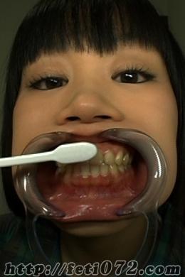 【可愛い女の子が≪大胆≫歯磨き&ベロ掃除してみたら【2名収録】】 可愛い女の子が≪大胆≫な歯磨き&ベロ掃除をしてみます!!2名の若い女の子のフレッシュな口内に大胆に突っ込まれる歯ブラシ★歯ブラシが歯に当る『シャコシャコ』音・・・舌苔を大胆にこそぎ落とす様子がしっかり写っております!!是非、ご覧下さい★