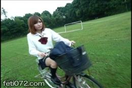 【田舎っぺ女子校生の自転車パンチラ】 【JK自転車パンチラ】女子校生が自転車に乗ってる…スカートの中身が絶対に気になるシチュエーション。これを見たくならない訳がない!これぞフェチの基本である、とさる大物に言わしめた伝説的フェチ動画の、ひとつの完成形である…
