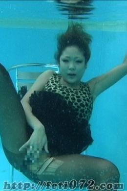 【ひよこチャンの水中オナニー】 彼女の豊満な巨乳が、水中でユラユラ・・・水の中の肉体のエロスオナニー映像