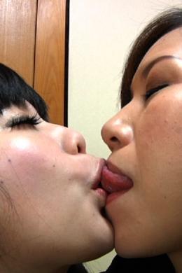 【母と娘の接吻レズ】 1分間の濃厚接吻。60秒の2人の愛の軌跡をご覧ください     SD&ハイビジョン高画質(HDV-720P)
