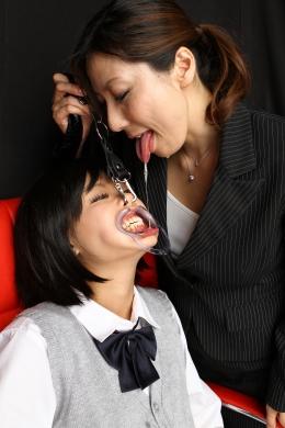 【鼻舐め・歯茎舐め・顔面舐めレズ】 サイミンをかけられている琥珀うたにみれい先生の魔の手が忍び寄る。開口器を装着させ、涎をだらだら垂らさせ、鼻舐め、歯茎舐めをこれでもかと繰り返す。■SD&ハイビジョン高画質(HDV-720P)