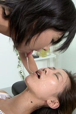 【涎、痰つばぶっかけレズ】 セイラちゃんとケイちゃんの今まで見た事のないレズ行為です。セイラちゃんまず首を閉められ、そしてケイちゃんの涎で洗顔し、ケイちゃんに顔を舐められたりし、最後にケイちゃんとキスしながら涎でうがいしながらキス。 SD&ハイビジョン高画質(HDV-720P)