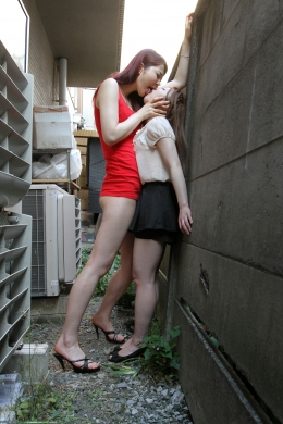 【長身女の低身長女への顔面舐めレズ】 180cm超えの如月ちゃんが路地裏で30cm近く背の違う女の子を顔面舐めまわしレズ!!