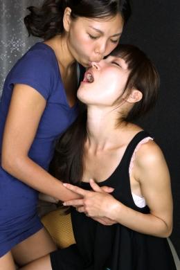 【鼻舐め接吻】 久々に登場、鼻舐め接吻。鼻を吸うという一件奇っ怪な行為。だがされたものの快感は筆舌に尽くしがたい。アブノーマルへの目覚め!
