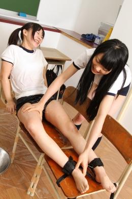 【女子校生のくすぐりレズ】 仲いい2人組。りくちゃんとゆいちゃん今日も仲良くくすぐり。教室でイスに脚を拘ソクし耳・腋・足裏とくすぐる。ローションをたっぷり付けてのくすぐりも!  前川りく(ツインテール)/川越ゆい(ストレートヘア)