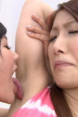 【腋舐めレズ】 互いの腋を舐め合うレズ  美月優芽(ピンク)/渡辺美羽(黒)