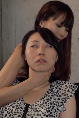 【首絞めレズ】 首絞めのくせを持ってるゆうかちゃんがlinoAに首絞めてもらい、いい気持ちで意識とんでいき、そしてキスへ  浅宮ゆうか(黒)/ LinoA(白)