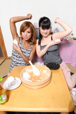 【酢飯脇握り】 藤田家伝統の握り寿司。腋でご飯をムギュムギュ。驚愕の小春にも、酢飯脇握りを強要。そして食べ比べ。なんか・・・酢とはちがう風味が・・