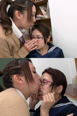 【痰唾かけいじめ鼻舐めレズ 前編】 ギャルのれのは同じクラスの優等生美音がむかついてしょうがないらしい…。唾を掛けまくって鼻をしゃぶる。唾液のにおいが教室中に充満していく…鼻舐め+開口器で歯舐めで汚していく…  愛原れの(ベージュカーディガン)/葉月美音(冬服セーラー)